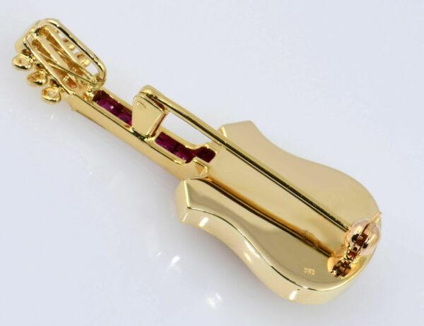 Brosche Gitarre 750/000 18 K Gelbgold 2 Diamanten zus. 0,08 ct, Rubin