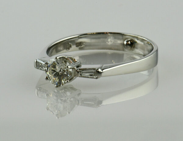 Diamantring Solitär 585/000 14 K Weißgold 3 Diamanten zus. 0,50 ct
