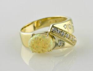 Opal Ring 585/000 14 K Gelbgold, 12 Diamanten zus. 0,31ct