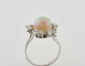 Opal Ring 750/000 18 K Weißgold, 12 Diamanten zus. 1,00 ct