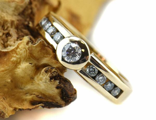 Diamantring 585/000 14 K Gelbgold 9 Brillanten zus. 0,45 ct