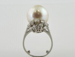 Ring Südseeperle 750/000 18 K Weißgold, 23 Brillanten zus. 1,25 ct