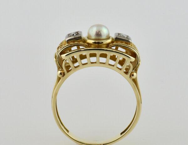 Ring mit Granulationen, Perle 585/000 14 K Gelbgold, 2 Brillanten zus. 0,09 ct