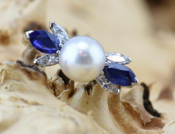 Ring Akoyaperle 750 18 K Weißgold, Saphir, 4 Diamanten zus. 0,20 ct