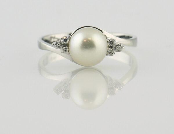 Ring Akoyaperle 750/000 18 K Weißgold, 6 Brillanten zus. 0,06 ct