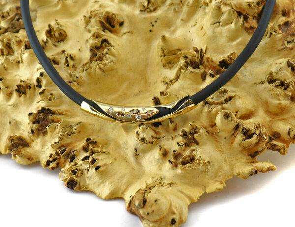 Kautschuck Collier 42 cm mit Zwischenteil 750 18 K Gelbgold 8 Dia. zus. 0,38 ct