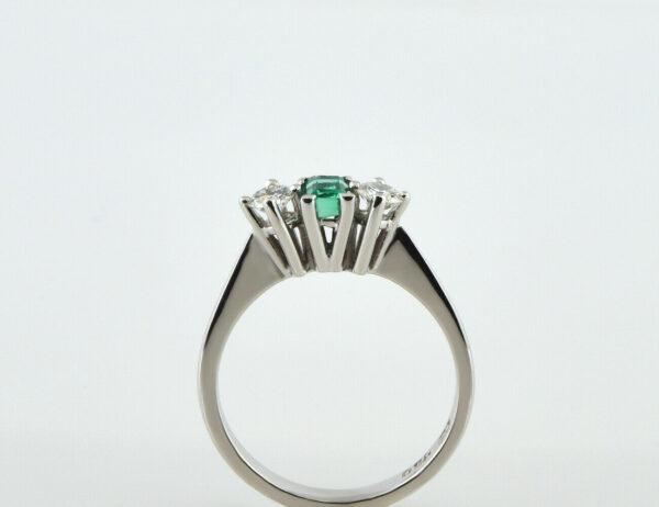 Ring Smaragd 750/000 18 K Weißgold 2 Brillanten zus. 0,30 ct