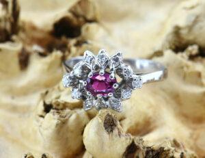 Rubin Ring 585 14 K Weißgold, 12 Diamanten zus. 0,23ct