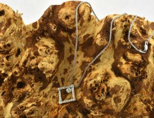 Kette mit Anhänger 750/000 18 K Weißgold, 29 Diamanten zus. 0,34 ct, 42 cm