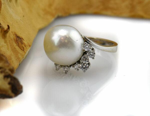 Ring Akoyaperle 585/000 14 K Weißgold, 7 Brillanten zus. 0,16 ct