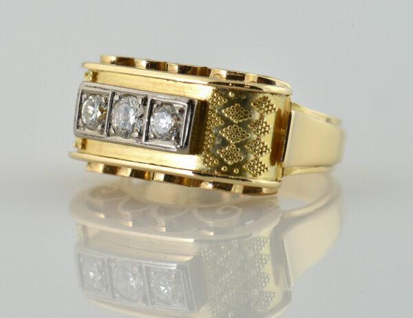 Ring mit Granulationen in 585/000 14 K Gelbgold, 3 Diamanten zus. 0,42 ct