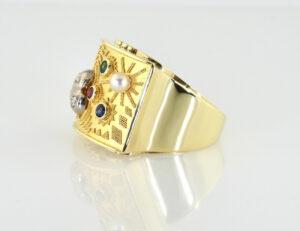 Ring mit Granulationen in 585/000 14 K Gelbgold, 3 Diamanten zus. 0,10 ct