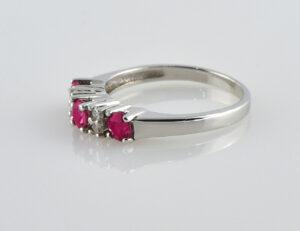 Rubin Ring 585/000 14 K Weißgold, 4 Diamanten zus. 0,12 ct